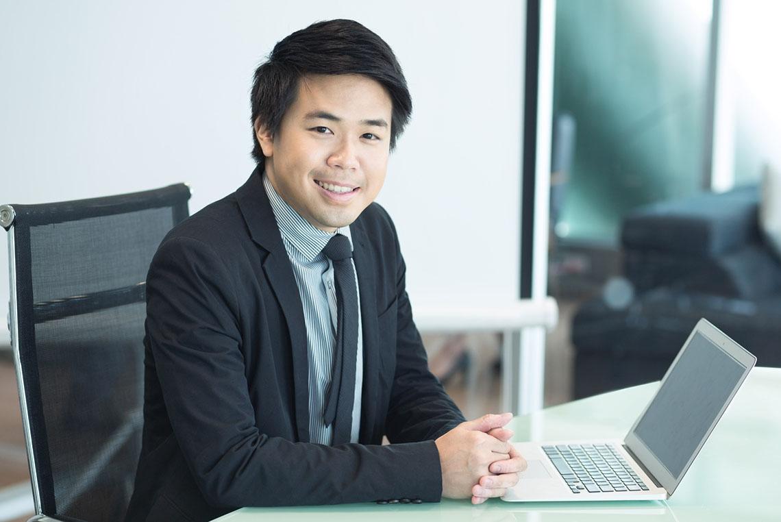 китаец бизнесмен фото под мышкой